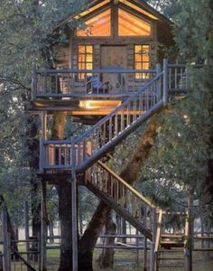 """curiously elaborate tree-house --- can this still be described as """"living off the grid"""" ? I always wanted a tree-house in my backyard growing up however these modern versions look kick-ass! Future House, Beautiful Homes, Beautiful Places, Cool Tree Houses, In The Tree, Play Houses, Dog Houses, Dream Houses, My Dream Home"""