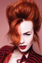 Rotes Haar im Beehive-Look mit loser Strähne auf der Stirn