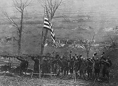 Jubelnde amerikanische Soldaten im ostfranzösischen Etraye am 11. November 1918.