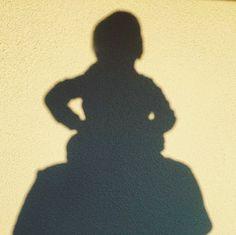 Das tolle Wetter lädt ein zu Schattenspielen ❤️😁 #gemeinsamgegenlangeweile #spielenmitkind #spielenmitkleinkind #bleibcreativer #dahoambleiben #bleibdahoam Silhouette, Instagram, Shadow Play, Art For Kids, Weather, Amazing