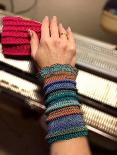 Quick´n´easy wristlets with nice tucks, which are a good opportunity to use up your left overs. This pattern is written in English for use of Passap DM80/Pinkie made with regular sock yarn. Very nice accessoire to spice up your blouses or shirts. Look