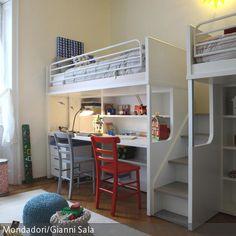 Ein sehr platzeffizientes Schlaf- und Arbeitsystem: Das Etagenbett mit integriertem Arbeitsplatz vereint zwei Schlafplätze, zwei Arbeitsplätze und Stauraum  …