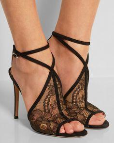 Zapatillas con tacón fino color negro con encaje.