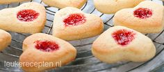 Jamkoekjes in 2020 Dutch Recipes, Baking Recipes, Köstliche Desserts, Delicious Desserts, Pause Café, Cooking Cookies, Pie Dessert, Cupcake Cookies, Good Food