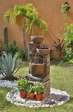 Disfruta del sonido relajante del agua en tu jardín con una hermosa fuente. - Sequin Gardens