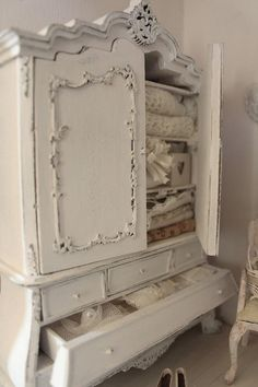 This would make a lovely piece of furniture for a shabby chic bedroom. Shabby Chic Mode, Shabby Chic Cottage, Vintage Shabby Chic, Shabby Chic Style, Shabby Chic Decor, Shabby Chic Wardrobe, Shabby Chic Furniture, Vintage Furniture, Painted Furniture