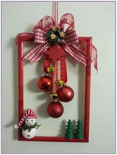 Picture Frame Wreath, Christmas Picture Frames, Picture Frame Crafts, Picture Frame Ornaments, Christmas Background, Christmas Wallpaper, Indoor Christmas Decorations, Diy Christmas Ornaments, Simple Christmas