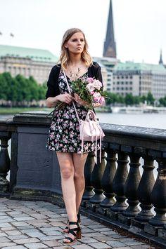 Dress with Flower print, black Cardigan, black Heels, pink Rebecca Minkoff bag, Flowers - Hamburg, Streetstyle, Outfit, Blogger