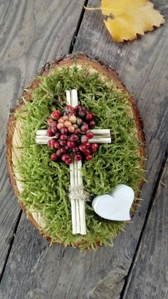 Grafstukje Grave Flowers, Cemetery Flowers, Funeral Flowers, Easter Tree, Easter Wreaths, Christmas Wreaths, Cemetery Decorations, Cross Wreath, Scrappy Quilts