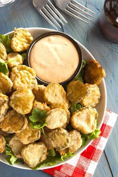 Easy Deep Fried Pickles Recipe is the best appetizer around. It's a copycat Texas Roadhouse Fried Pickles recipe that is amazing. Restaurant Dishes, Restaurant Recipes, Fried Dill Pickles, Simple Fried Pickles Recipe, Recipe For Fried Pickles, Buffalo Wild Wings Fried Pickles Recipe, Spicy Pickles, Sweet Pickles, Appetizer Recipes