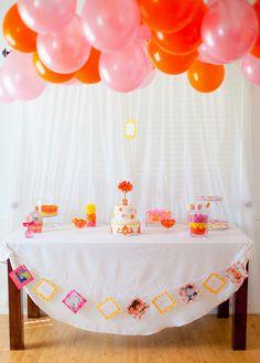 Balões acima da mesa e cordão com fotos e mensagens para o aniversariante