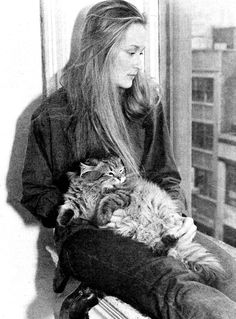 Here you will find a comprehensive list of over 100 famous cat lovers--- actors, actresses, and TV, film and movie personalities. Crazy Cat Lady, Crazy Cats, I Love Cats, Cool Cats, Celebrities With Cats, Animal Gato, Cat People, Vintage Cat, Meryl Streep