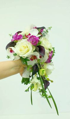 Buchet de Mireasa curgator. Trandafiri albi. by JuliasRoseShop Floral Wreath, Wreaths, Chic, Trending Outfits, Unique Jewelry, Handmade Gifts, Vintage, Etsy, Decor
