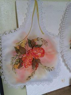 Bola multiuso. rosas bordadas en cinta de raso. Pintura textil