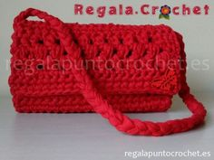 Bolso trapillo en rojo. Diseño original. #bolso #crochet tejido con #trapillo fino en color rojo. Forrado por dentro. Cierre de botón. Para colgar al hombro. #RegalaPuntoCrochet #handmade