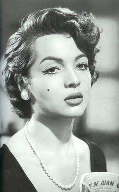 """Otra gran admiradora de la joyería, Sara Montiel     Sara Montiel In the Mexican film, """"Yo no creo en los Hombres"""" (1954)"""
