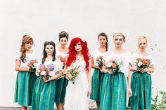 boda de una chica de cabello rojo acompañada de sus damas de honor en la playa