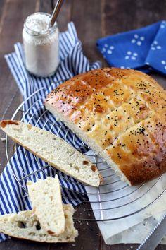 Le pain pide est un pain turc qui accompagne les khebabs mais c'est aussi un très bon pain aussi bien pour du salé que du sucré au petit-déjeuner. Le lait et l'huile, qui entrent dans sa composition, lui donnent une texture très moelleuse. Petite déception, mes marquages n'étaient pas assez prononcés et ils ont