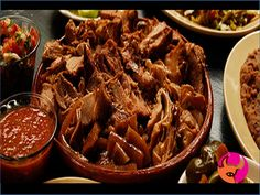 ¿Sabías que en México se le llama carnitas, a las diferentes porciones del cerdo incluyendo carne que son fritas en manteca de cerdo? En Taquerías El Emiliano empleamos para su preparación enormes ollas de cobre según la receta tradicional, para que el sabor lo disfrutes, realmente son deliciosas. #elEmiliano www.elemialiano.com