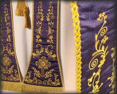 Stola liturgica viola in seta ricamata con motivi floreali