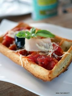 Gaufres pizza ! via @marciatack Pie Co, Pizza Muffins, Flan, Waffles, Cooking, Breakfast, Bien Entendu, Sauce Tomate, Beignets