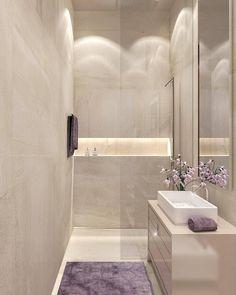 Um banheiro clean e minimalista. Postei pois amei o efeito da cor rosa e berinjela nas flores e toalhas, ao invés do tradicional branco!…