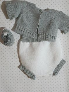 Beautiful apron for newborn. It consists of 3 parts, the jersey joined faldo…Three-piece set pattern, jacket, covers and booties, made in Pearl for newbornThis Pin was discovered by Kar Baby Boy Knitting Patterns, Baby Clothes Patterns, Baby Overalls, Baby Pants, Baby Girl Cardigans, Baby Sweaters, Crochet Baby Jacket, Knitted Baby Clothes, Baby Kind