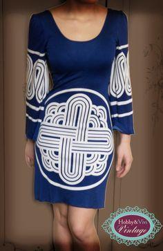 A noi piacciono veramente tanto gli anni '70! Che ne dite di quest'abito con disegno geometrico bianco e blu?