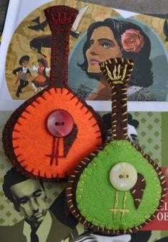 Felt brooches - Portuguese guitars, my homage to Fado Felt Crafts, Fabric Crafts, Felt Ornaments, Christmas Ornaments, Felt Bookmark, Jw Gifts, Felt Decorations, Felt Brooch, Felt Applique