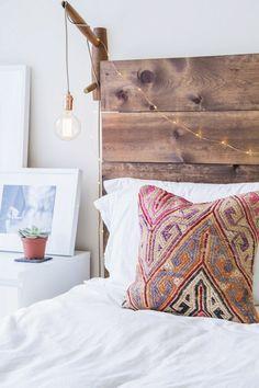 deco hippie, tête de lit en bois, cactus mini, coussin à motifs ethniques, linge de lit blanc
