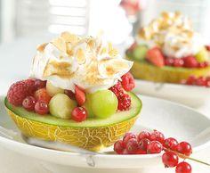 Meloen met aardbeien en aalbessen Fruit Salad, Pudding, Desserts, Food, Salads, Fruit Salads, Meal, Custard Pudding, Deserts