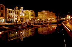 Los canales con los que Aveiro se ha ganado el nombre de la Venecia de Portugal. De noche, todavía más mágicos #vacaciones #buscounchollo #aveiro