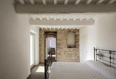 Fresca, grazie alle spesse pareti in muratura, la camera da letto padronale posta al primo piano si distingue per lo stile sobrio ed elegante, a partire dal letto in ferro e bronzo, modello spagnolo del 1800