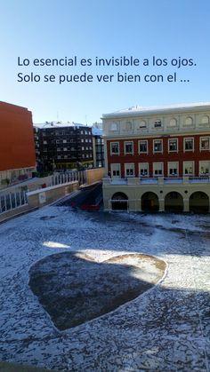 Corazón dibujado en la nieve del patio del colegio Marista San José (León, España). Hecho por alumnos de Educación Plástica, Visual y Audiovisual de 1º de la ESO.