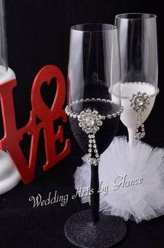 Glitter Wine Glasses, Wedding Wine Glasses, Wedding Champagne Flutes, Champagne Glasses, Wedding Crafts, Wedding Art, Wedding Decorations, Decorated Wine Glasses, Painted Wine Glasses