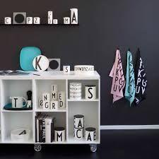 Design Letters, ou quand le design minimaliste rencontre la fonctionnalité danoise. Cette collection à la typographie signée Arne Jacobsen est élégante et ludique: de quoi plaire aux petits et aux grands.