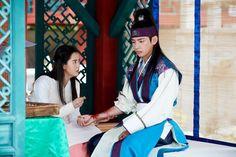 Taehyung and Go Ara ❤ Hansung and Aro in Hwarang Episode 6 Photos! Park Hyung Sik, Hwarang Taehyung, Korean Drama Movies, Korean Dramas, Kim Sun, Korean Star, 6 Photos, Bulletproof Boy Scouts, Asian Actors