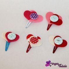 Diferentes modelos de horquillas rana adornados con fieltro y botones de diferentes colores. http://www.gingerytulula.com/chica-chula/horquillas-coleteros/