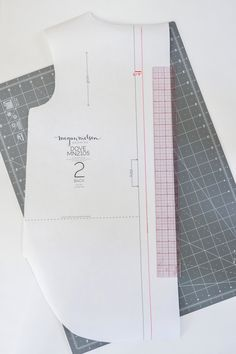 How to round the neckline on the Dove blouse by Megan Nielsen Patterns Neckline, Patterns, Sewing, Blouse, How To Make, Block Prints, Plunging Neckline, Dressmaking, Pattern