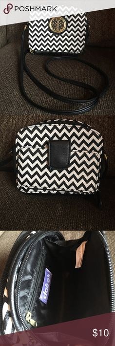 Cross body black and white chevron purse LIKE NEW! Cute cross body black and white chevron purse. Only used once in Vegas! 🎲🎲 Bags Crossbody Bags