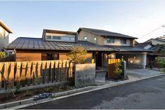 庭屋一如の通り土間の家「金衛町の家」   オーガニックスタジオ新潟 Japanese House, Front Yard Landscaping, Garage Doors, Cabin, Mansions, Landscape, Studio, Architecture, House Styles