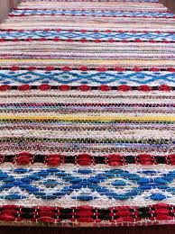 Floor view of Rosepath rug from Tina Ignell's Favorite Rag Rugs, p. Tablet Weaving, Weaving Art, Loom Weaving, Hand Weaving, Weaving Techniques, Embroidery Techniques, Swedish Weaving Patterns, Macrame Purse, Tear