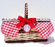 Charmosa+cestinha+de+picnic!++Essa+lembrancinha+faz+toda+a+diferença+em+qualquer+festa.++As+crianças+vão+adorar!++A+cestinha+vem+com+toalhinha+xadrez+(várias+opções+de+cores),+fita+ou+sianhinha+decorando+as+laterais,+tag+personalizada+(que+pode+ser+pendurada+com+cordãozinho+ou+laço+de+fita).++A+cestinha+vem+vazia,+consultar+preço+para+a+cestinha+com+guloseimas!++Tamanho+aproximado:+25+x+16+x+11,5++Quantidade+mínima:+20+unidades R$ 24,90