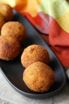 Papas Rellenas (Cuban Potato Balls) Cuban Papas Rellenas are mashed potatoes stuffed with seasoned meat, rolled into a ball, breaded, and then deep fried, resulting in these little packages of pop-able deliciousness. Meat Appetizers, Easy Appetizer Recipes, Appetizers For Party, Spanish Appetizers, Dinner Recipes, Meat Sauce Recipes, Meat Loaf Recipe Easy, Cuban Desserts, Mexican Food Recipes