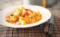 Deze chicken curry is zalig, eenvoudig te maken en ideaal als je een grote groep eters hebt. Alles gaat in dezelfde pan, dus je hebt ook niet veel rommel