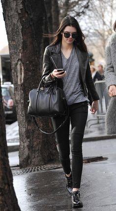 Kendall Jenner en pantalon de biker et perfecto à franges à Paris
