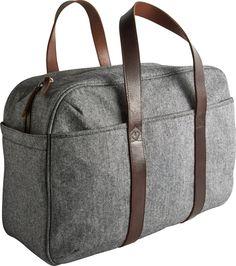 Courier week-endbag i grå bomull. Dimensjoner: L47 x H32 x D22cm. Kr. 1390,-