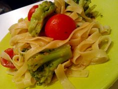 Makaron z brokułami, pomidorkami koktajlowymi i anchovies http://przepisytv.blogspot.com/2014/02/tagliatelle-z-brokuami-pomidorkami.html