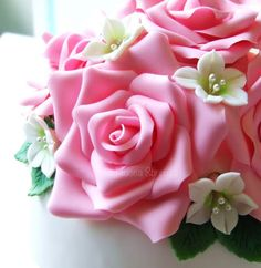 http://lamuccasbronza.blogspot.com  rose wedding cake