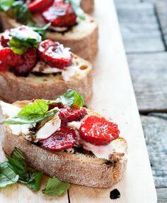 Alles is aardbei! Crostini met aardbeien en balsamico | eten uit de volkstuin